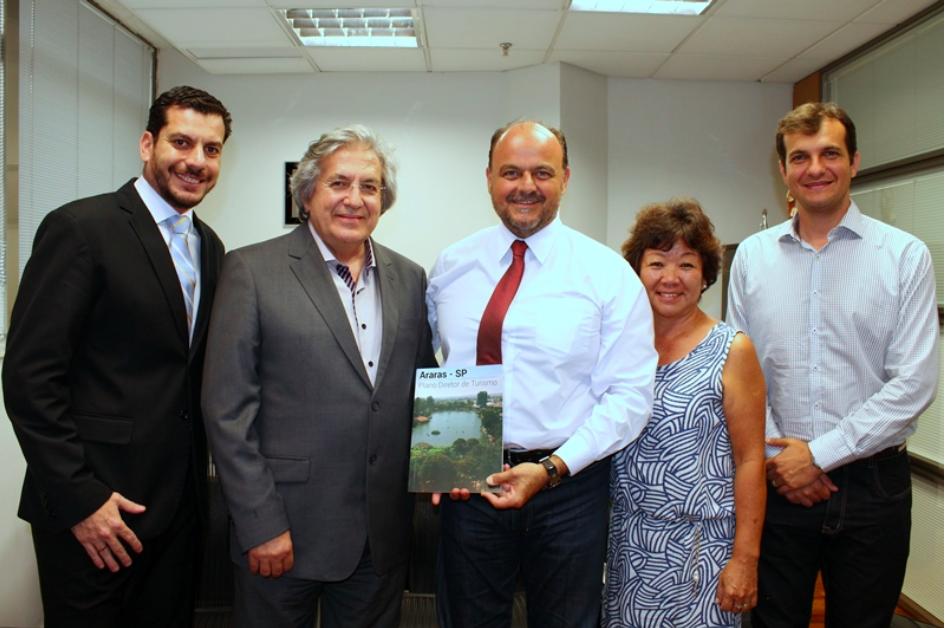 Plano Diretor de Araras, elaborado pela Turismo 360, é entregue a deputado estadual, que elogia o documento